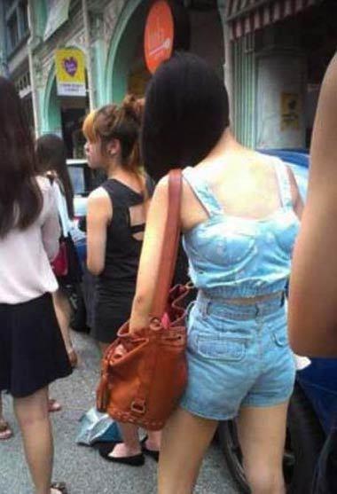 这女子是驼背吗